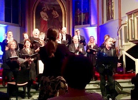 SYNGER: Horten kirkekor under ledelse av Åse Igland Berg, fant tonen med Lars Hansen i «Musikk er glede-i ord og toner»