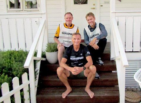 HJELPERE I RYGGEN: Med den ettertraktede blå Noseman-trøya sitter Hans-Vidar Lindseth på trammen hjemme i Skoggata – også her med hjelperne Fredrik Hermansen (til venstre) og Stein Troneng i ryggen.