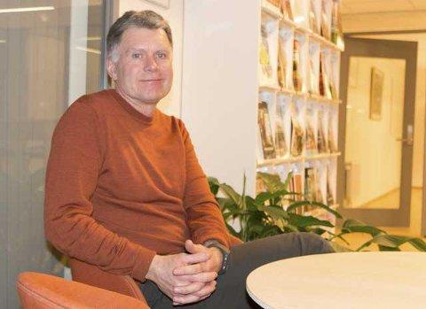 HØRSEL: Rektor ved Grue barne-og ungdomsskole, Øystein Hanevik, deltar på hørsellagets møte og forteller om sin kunnskap om hørseskader.