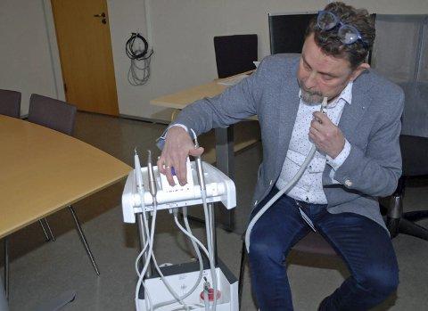 Test: ClaesNæsheim med den nye tannpleiemaskinen.Foto: Marit Thobiassen Strande/ Hedmark fylkeskommune