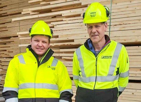NYANSATT: Bergene Holm AS trengte Kenneth Utheim (t.v.). Nå har han hatt sine første arbeidsdager på Kirkenær, under ledelse av fabrikksjef John Skyrud.