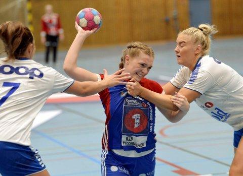Anna Feiring Ellingsen ønsker å bli like god som mor Kari, og vil satse på håndballen framover. I går tapte LFH09 21-22 mot Junkeren fra Bodø, og ungjenta scoret fire av målene.