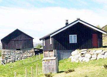 ENDELEG BESTEMT: To av fire seterhus i Vesllie på Dovrefjell skal bevarast.