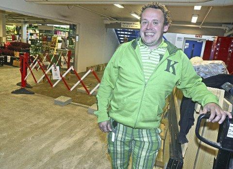 Gleder seg: Butikksjef Lars Ole Magnussen på Kiwi på Harestua gleder seg til å åpne «ny» butikk torsdag 22. oktober. – Det blir litt større utvalg når vi åpner igjen, sier han.