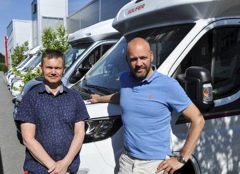 SPONSER: Rune Finkelsen og Ola Heggen i Solifer Polar sørger for at syklistene har vogn og bobil å sove i på turen.