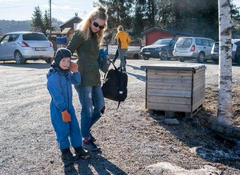 LEVERING: Anette Steingrimsen (37) leverer sønnen Sindre (5) i Stortjernet barnehage på Jevnaker for første gang etter at den stengte på grunn av koronautbruddet.