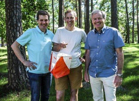 Tore Sandvik (i midten) skal lede løypeleggerne til O-VM 2019. Til venstre styreleder Sigmund Vister, til høyre daglig leder Per Bergerud.