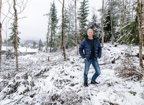 VURDERER ANMELDELSE: Fagleder i park- og friluftslivsavdelingen i Lillestrøm kommune, Svein Ussberg, sier de vurderer å anmelde personen som har hogget ned en stor del av skogsområdet uten lov.