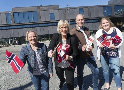 KLARE: Agnete Børresen (kommunen) og Christel Meyer, Erling Behrens og Rita Westad fra 17. mai-komiteen på Stortorget.