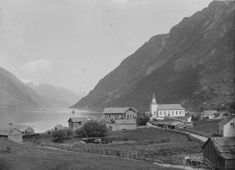 Ved fjorden: Odda kyrkje, her fotografert mellom 1880 til 1910. Foto: Marthinius Skøien