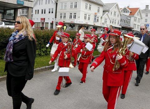 Innmarsj:  Austrheim skolekorps marsjerer inn mot Steinparken.