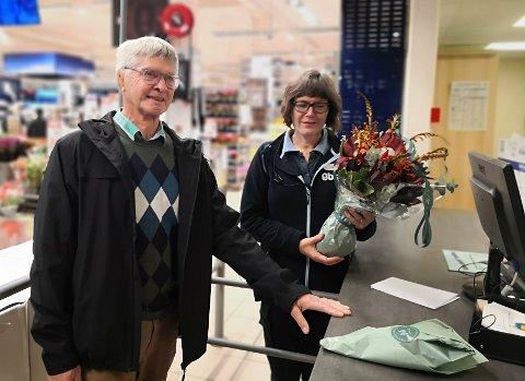 TAKKNEMLIG: Magnus Arne Andersen (t. v.) kjøpte blomster til Elisabeth og de ansatte på Obs for å vise sin takknemlighet etter at de hjalp da han ble uvell, forrige fredag 24. september.