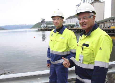 Klar for jobb: Teknisk sjef Magne Krutnes (t.v.) og seniorrådgiver Helge Nes ved Alcoa påpeker at alle havner i Norge som er forurenset skal ryddes opp i. I bakgrunnen ser vi området i Mosjøen havn som skal mudres ferdig innen 2018. Foto: Jon Steinar Linga