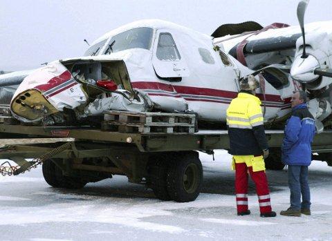 ULYKKESKOMMISJON: Bør arbeidsulykker i Norge granskes av en tverrfaglig sammensatt gruppe profesjonelle, etter modell av flyulykker, spør Tostein Aasen. Bildet er fra en krasjlanding i Bodø i 2003 der fire personer ble lettere skadd. Foto: Ole-Kristian Losvik, NTB/Scanpix