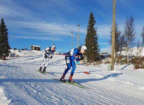 GODE LANGRENN: Lørdag hadde Emil Storjord Vilhelmsen femte beste langrennstid, og søndag hadde han åttende beste tid på 10 km. På bildet ligger han foran Espen Bjørnstad som til slutt kom en plass foran Emil på 10 km. Foto: Privat