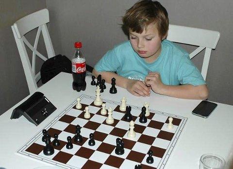 NYTT SKUDD PÅ STAMMEN: Unge Isak Nesheim Mikalsen er en av de unge lovende spillerne for Mosjøen. Han spilte pausekamp i bykampen, men er snart klar for å sitte ved et av bordene.