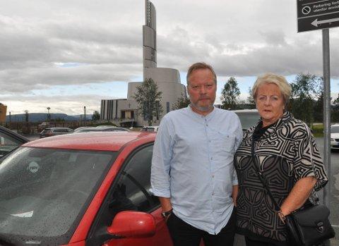 Odd Michelsen og Målfrid Hansen fra Sørvær var fergefast i Alta. Foto: Oddgeir Isaksen