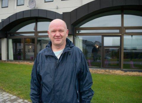 TRIVES: Dag-Erling Mobakk har jobbet 25 år på hotellet i Vadsø. - Det har blitt noen sjefer. Ihvertfall 7-8 stykker mens jeg har jobbet der.