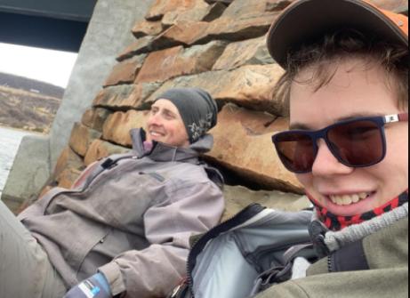 REDDER ATLANTERHAVSLAKSEN:  Loke Fjerdingøy (19) og Jonas Henriksen Tjelle (20) tar harpunen fatt for å redde laksebestanden i Storelva fra pukkellaksen.
