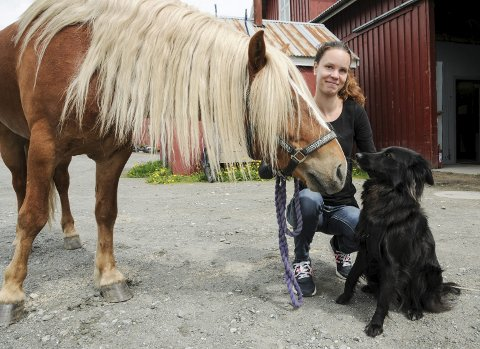 Startet praksis: Caroline Thoreid fra Blaker ønsker å hjelpe dyr til å få en bedre hverdag. I oktober startet hun opp bedriften Vital dyrehelse i Blaker.Foto: Anita Jacobsen