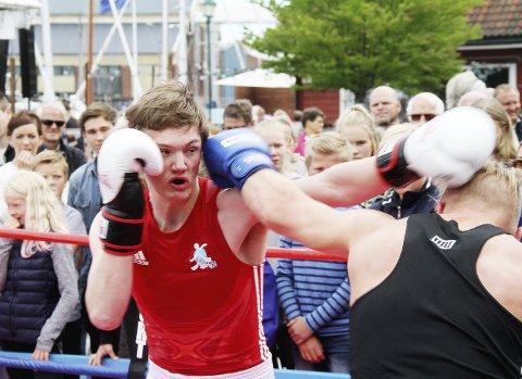 Slår godt fra seg: Emil Kaasa (17) fikk vist seg fram for ei fullsatt brygge mot Oscar Johnsen fra Drammen bokseklubb. – Artig, dette gjør jeg gjerne igjen, sier han. Foto: Pål Nordby