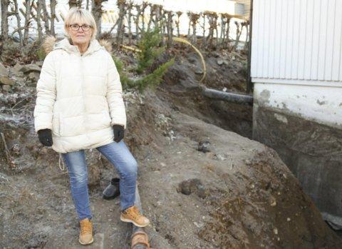 NYOPPGRAVD: For andre gang på ti år har Berit Kvifte gravd opp for å drenere langs huset sitt her i Skafjellåsen. Etter at bildet ble tatt har entreprenør fylt tilbake langs veggene. Foto: Lars Ivar Hordnes
