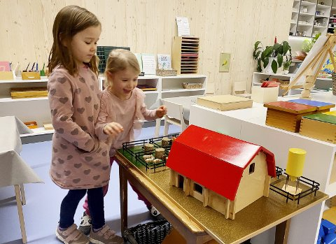 På bondegården: Elise Lonar (5 og et halvt) og Julie Justad (4) fant seg en av de nye lekene som er kjøpt inn til barnehagen. En bondegård med mange dyr, traktor og utstyr. Foto: Pål Nordby