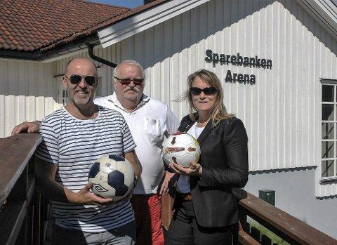 Arrangører: Fra venstre leder av fotballskolen, Leif Bærstad, leder i fotballgruppa i DIL, Magnus Straume, og Lena Marie Naper Helgestad, markedssjef i Drangedal Sparebank, som er medarrangør av fotballskolen.