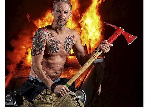NÅR VILLDYRET VÅKNER: Jan Ole Myhra er til daglig brannmann. Grønlund lokket fram en litt annen side. foto: jørn grønlund