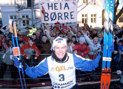 SKISPRINTER: Børre Næss jubler her sammen med fanklubben etter et av mange verdenscuprenn i Drammens gater. 39-åringen synes de printene som arrangeres nå er for kjedelige.