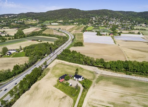 VIKER-KRYSS: I bakkant av bildet kommer tunnelportalen til Viker-løsningen, og kryssløsning med E18. Foto: Nils Maudal