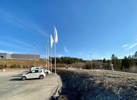 Bredere skjerm: Vegetasjonsskjermen til høyre skulle egentlig strukket seg ti meter inn hvor det er opparbeidet parkering. Området skal beplantes.