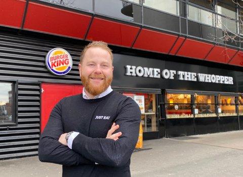 HJEMLEVERING: Odd Stian Gullhav i Just Eat forteller at de starter med hjemkjøring fra blant annet Burger King i Lillestrøm i dag. Her er han utenfor en annen Burger King-restaurant.