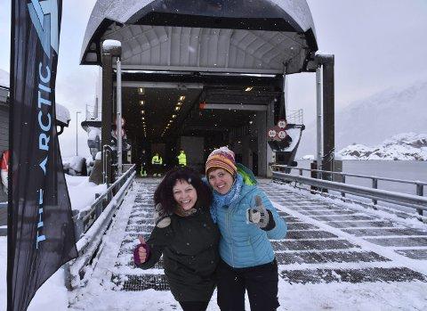Positive: Destinasjonssjefene Elisabeth Dreyer og Astrid Berthinussen tror det kommer til å bli et fantastisk samarbeid mellom Lofoten og Vesterålen. Her møtes de på fergeleiet på Fiskebøl for å snakke om startområdet.foto: benjamin diseth