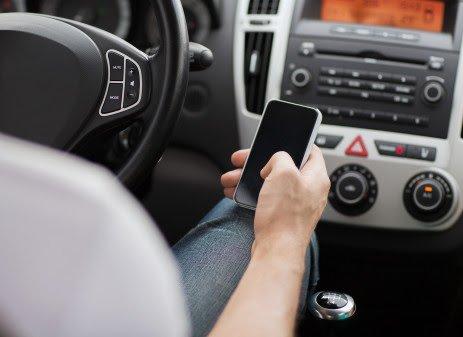 Ikke tillatt: Du kan ikke surfe på nettet eller sende meldinger på mobilen mens du kjører bil. (Foto: Colorbox)