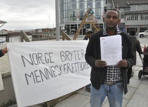 I Lavvo:  Etiopieren Samson Kassaye Tiku flyttet tirsdag ut fra Svolvær mottak og inn i en lavvo i Svolvær sentrum i protest mot UDIFoto: Øystein Ingebrigtsen