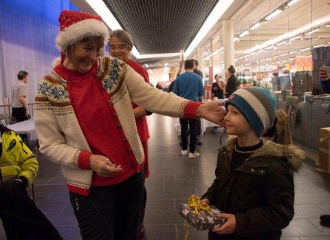 2017: Åsgar Skjerpen gav pakke til årets julegaveaksjon. I år blir det kun gavekort på dagligvarer.