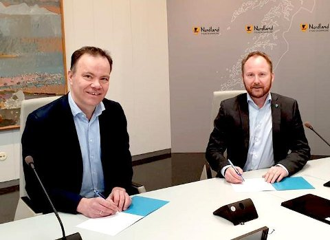 Leder av Lofotrådet Remi Solberg og fylkesrådsleder Tomas Norvoll undertegnet regionvekstavtalen.
