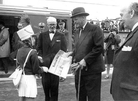 22. MAI 1966: På Lambertseter stasjon fikk kong Olav overrakt en spesialutgave av Nordstrands Blad i forbindelse med åpningen av Lambertseterbanen. Ordfører Brynjulf Bull til høyre. Foto: Ruters arkiv