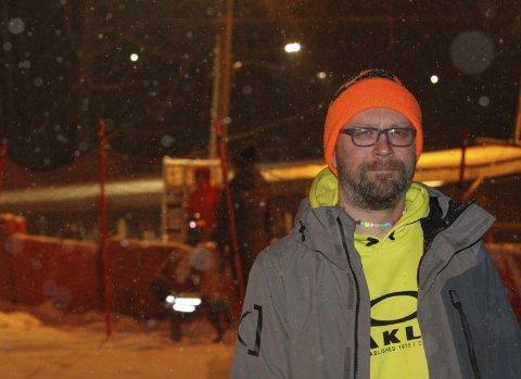 GIR ALT i bakken: Maskinfører Pål Østre gjør en kjempjobb i Sloreåsen Alpinanlegg sammen med flere andre foreldre.