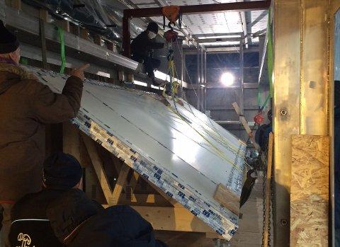 AKVARIUM: Her er den største modulen til akvariet på Kystens Hus. Denne glassveggen er åtte meter lang, og veier hele 1500 kilo.