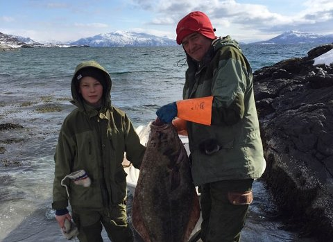 FISKETUR: Ivar Bjørklund og sønnen Trygve Tidemann (11) var på fisketur på Spildra, der de har hytte, da Trygve oppdaget båten som lå i fjæra.