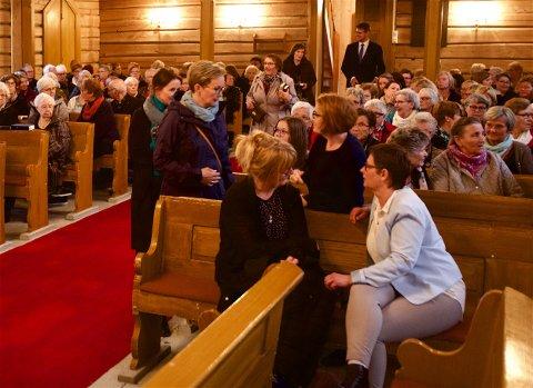 Kirkeverge Gerd Kristiansen (foran, til høyre) sa opp jobben som kirkeverge. Nå ønsker hun å fortsette i jobben. (Foto: Ola Solvang)