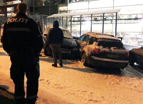 Her har flere biler sklidd inn i hverandre mandag kveld. Foto: Ola Solvang