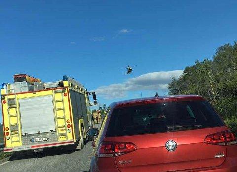 FLØYET TIL UNN: De to passasjerene i bilen ble fløyet med helikopter til UNN for konsultasjon.