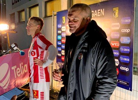SKÅL!: Med et lite champagneglass i hånda møtte TIL-trener Gaute Ugelstad Helstrup pressen utenfor Nammo stadion i Raufoss, sammen med overtidshelten Ruben Yttergård Jenssen.