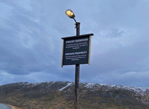 FLERE FORBUD: For noen uker siden ble dette skiltet blitt satt opp ved fjellovergangen på Ringvassøya. Skiltet, som er både på norsk og engelsk, lister opp en rekke forhold som skal være forbudt i området. Foto: Privat
