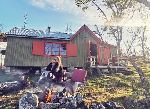 ALENE: Den gamle hytta ved Dankervågvatn i nærheten av Kvaløyvågen har ikke vært i bruk på flere år. Nå har Lise Lotte Håndstad shinet stedet, og har flere prosjekt på gang.