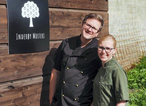 NYETABLERT: Maren Myrvold og Yngve Henriksen rakk deadlinen sin, 1. september, og kunne henge opp skiltet på veggen av Inderøy Mosteri sin nye bygning. Til sammen har Inderøy Mosteri fått 2.920.000 kroner i regionale utviklingsmidler.