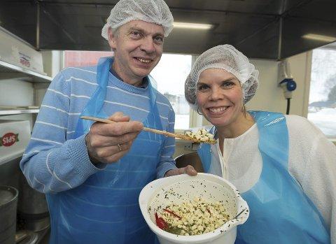 Totenost: Ragnar Grimstad i selskapet Nævanyttig AS og Gunn Mari Rusten i Kapp Næringshage med ost som er produsert på Valle. Foto: Henning Gulbrandsen